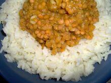 Currylinsen auf Naturreis